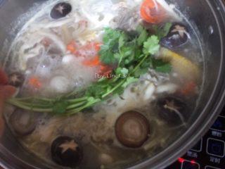 筒骨菌菇汤,最后放入香菜即可关火食用