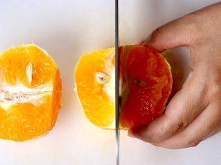 橙色水果汁,再一切二就可以了