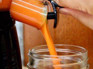 橙色水果汁,榨取胡萝卜汁,两种汁融合就行啦