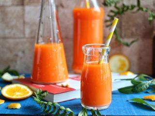 橙色水果汁,装入瓶中即可