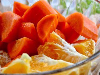 橙色水果汁,两种水果装碗