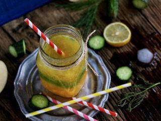 三色冰水果汁,榨汁机洗干净,等到黄瓜汁冻成冰块时,可以榨苹果和梨子,这两种水果容易氧化,一边榨一边放入柠檬汁,可以防止变色。最后,三种水果汁都在一个杯中,放在室内,让黄瓜汁稍有融化,插入吸管,就可以啦