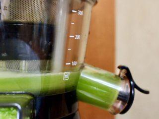 三色冰水果汁,榨汁机清洗干净,等到橙汁完全冻成冰块时,再榨黄瓜汁,榨完再放入冰箱速冻6小时