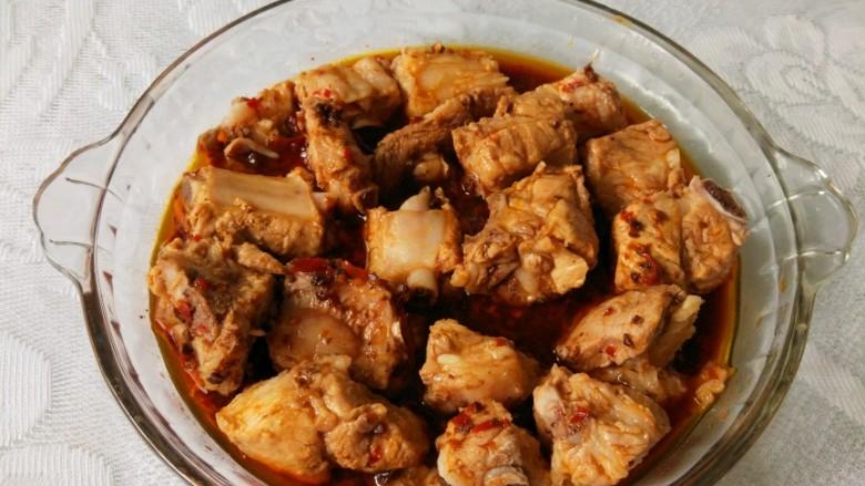 青花椒豉汁蒸排骨,将汤汁均匀浇在排骨上,汤汁以淹到排骨的二分之一为宜,不够可以加一点水。