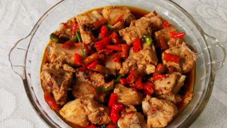 青花椒豉汁蒸排骨,放入切成小段的红辣椒。