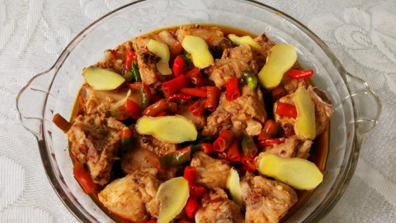 青花椒豉汁蒸排骨,铺姜片,洒一些完整的豆豉