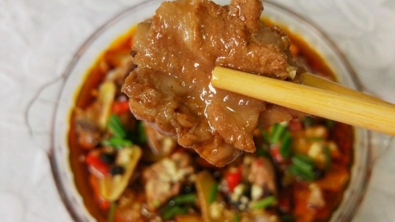 青花椒豉汁蒸排骨,有没有馋到你呢?吃剩下的汤汁用来下面条,也是超级好吃哦!也可以用来烧豆腐哦!