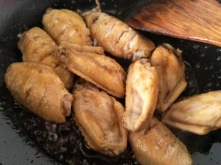 可乐鸡翅,加入生抽老抽接着再炒。