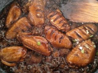 可乐鸡翅,浓厚的汁沾满每个鸡翅撒点葱花翻炒均匀。