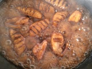 可乐鸡翅,继续炖煮,汁成浓汁改小火加盐继续翻炒。