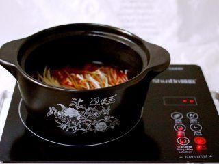 绿色美食+酸辣粉,继续大火煮沸后转小火炖煮、看见红薯粉变软断生后