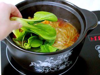 绿色美食+酸辣粉,加入小油菜