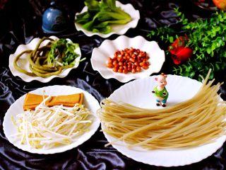 绿色美食+酸辣粉,备齐所有的食材、红薯粉提前泡发2个小时、绿豆芽摘洗干净、豆腐干洗净、自己腌制的酸豆角洗净、小油菜摘洗干净、香菜洗净备用