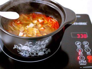 绿色美食+酸辣粉,继续大火煮沸后、加入盐和鸡精调味