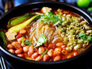 绿色美食+酸辣粉,撒上煸炒好的酸豆角和炸香的花生米、切段的香菜、倒入老醋