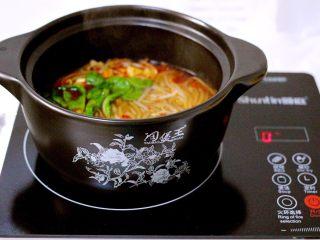 绿色美食+酸辣粉,利用砂锅的热度和余温烫熟小油菜就可以了