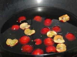 冬喝暖饮夏吃冰~开胃山楂苹果饮,锅内放水,倒入山楂