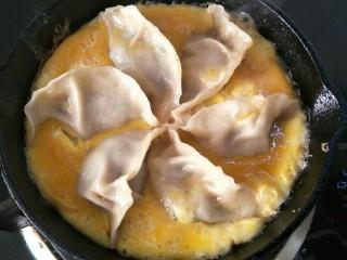 抱蛋煎饺,倒入事先准备好的蛋液。