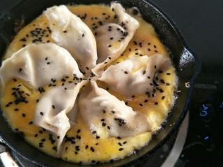 抱蛋煎饺,等蛋液凝固后撒上黑芝麻。