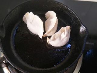 抱蛋煎饺,然后饺子一头在锅中间一头在锅边,这样摆放。
