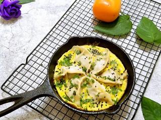 抱蛋煎饺,直接端锅上桌,十分的美味。