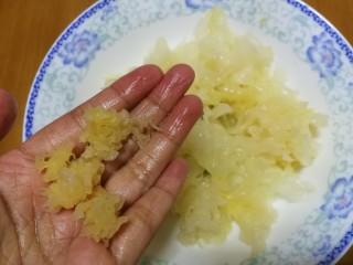 紫薯银耳莲子羹,泡发的银耳洗净,摘除根蒂