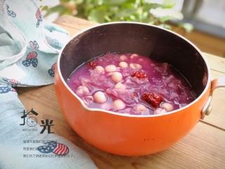 紫薯银耳莲子羹,炖至莲子软糯即可关火,稍晾凉食用