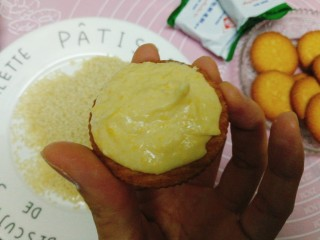 南瓜饼,取一块饼干,加上南瓜糊