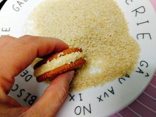 南瓜饼,放白芝麻上滚一下