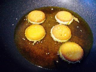 南瓜饼,翻面炸金黄,明显膨胀起来,即可