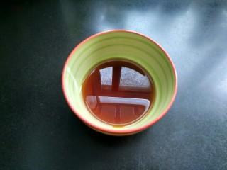虎皮青椒,准备一个小碗,将白糖,料酒,香醋,味极鲜酱油放入碗中,再加三勺清水拌匀。