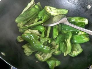 虎皮青椒,将青椒煸炒至七成熟,盛出。
