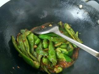 虎皮青椒,焖一会,放鸡精,胡椒粉,可以出锅了。