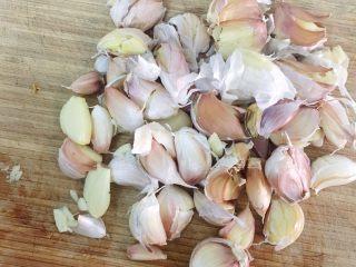 酿辣椒,大蒜拍碎去皮