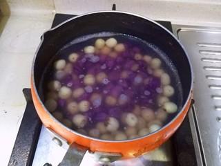 紫薯银耳莲子羹,加入紫薯丁,继续小火炖5分钟