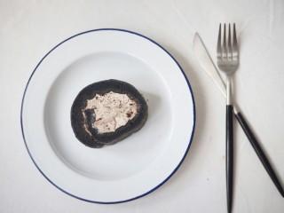 奥利奥竹炭卷,定型好的蛋糕卷拿出来切片,开吃吧!
