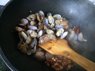 辣炒花蛤,加入花蛤翻炒