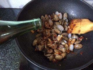 辣炒花蛤,倒入料酒