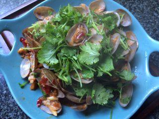 辣炒花蛤,撒上香菜段即可