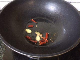 辣炒花蛤,锅中热油倒入干辣椒和姜
