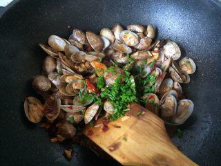辣炒花蛤,最后收汁加入香葱
