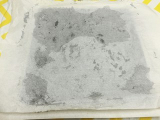 奥利奥竹炭卷,倒扣在烤网上,撕去底部油纸,再轻轻的覆盖回蛋糕上,可以保持蛋糕体的湿润。