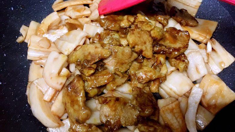 肉片炒莲藕,转小火,放入肉片翻炒均匀,盖锅盖焖2分钟即可