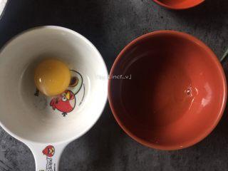 莲藕丸子,首先将鸡蛋的蛋黄蛋清分离,只取蛋清待用