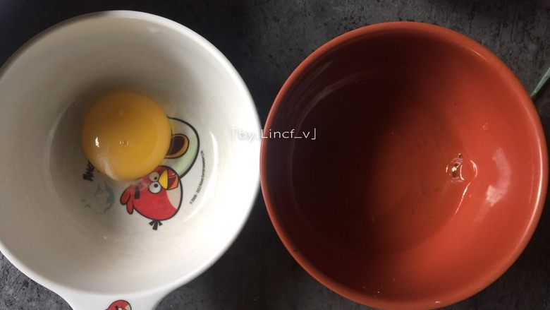 莲藕丸子,首先将<a style='color:red;display:inline-block;' href='/shicai/ 9'>鸡蛋</a>的蛋黄蛋清分离,只取蛋清待用