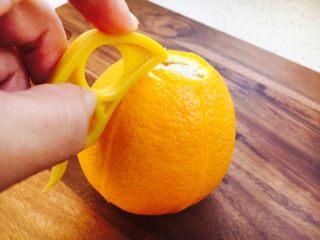 #冬喝热饮夏吃冰# 自制鲜橙汁,用剥皮器从橙子顶部起至橙子的尾部,深深的划一刀,一定多划几刀,利于剥皮。