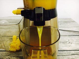 #冬喝热饮夏吃冰# 自制鲜橙汁,掀开榨汁机出汁口键,橙汁流入容器中。