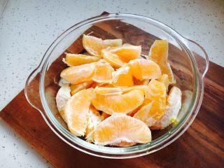 #冬喝热饮夏吃冰# 自制鲜橙汁,橙子瓣放在容器里备用。