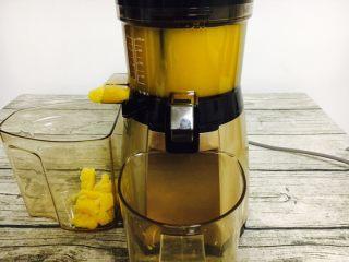 #冬喝热饮夏吃冰# 自制鲜橙汁,启动榨汁机工作按钮后,橙汁很快被榨出。