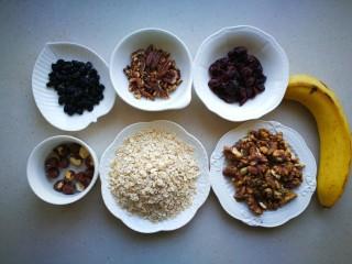 家有烤箱-能量吐司,将分量都称量好。香蕉实际上用到了两根。